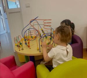 Deux enfants jouent à une table