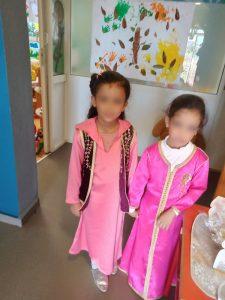 Deux petites filles en djellaba rose