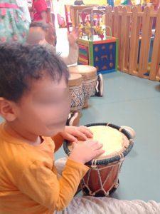 Enfants jouant des tambours
