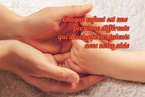Main d'enfant dans la main d'un adulte