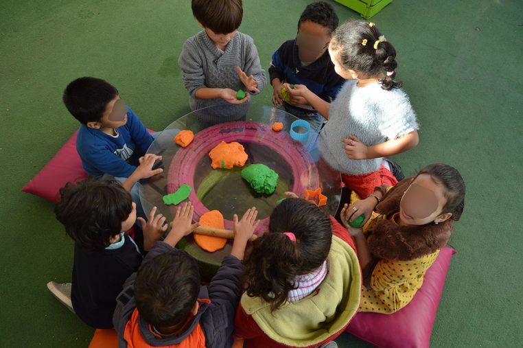 Petit groupe d'enfants autour d'une table