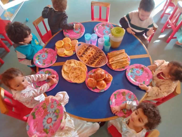 Enfants autour de la table